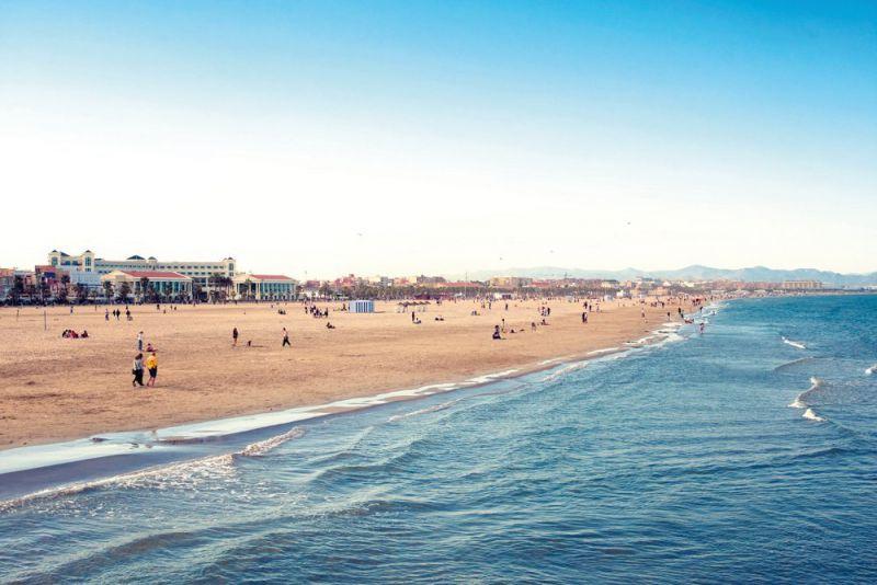 Petreceti ziua prinzand raze la plaja La Malvarrosa
