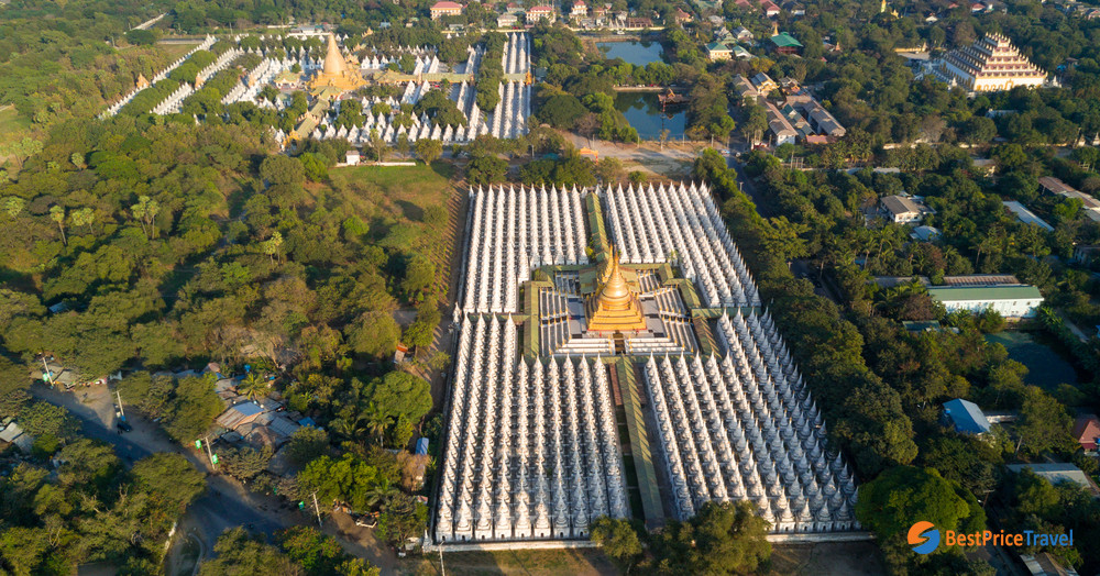 Cea din fata este Pagoda Kuthodaw, iar cea din spate Pagoda Sandamuni.