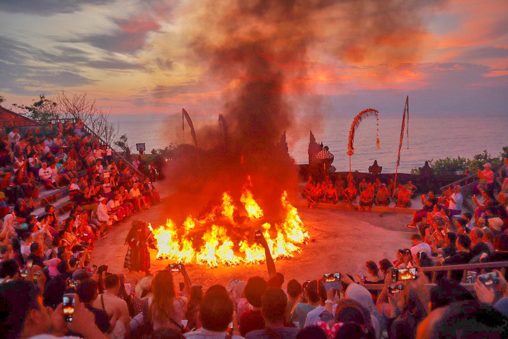Dansuri de foc Kecak la Uluwatu